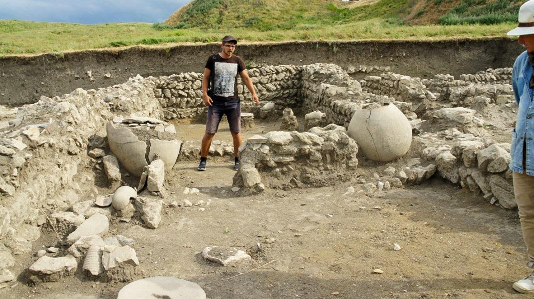мы отправились к руинам Фанагории, восстававшей из-под земли