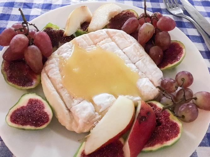 Козий сыр с медовой заправкой и фруктами